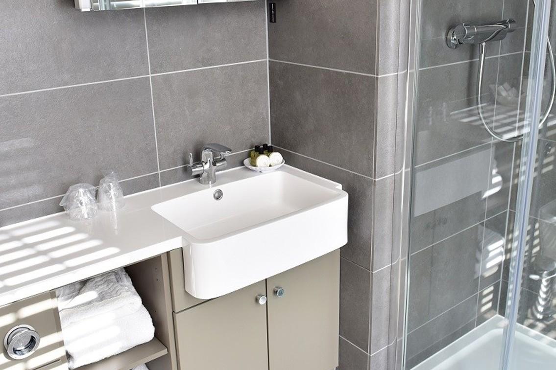 twin-4.jpg - Twin Room Bathroom